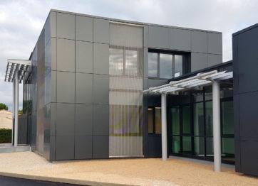 chantier Autajon, extension et aménagement d'un bâtiment de bureaux, charpente métallique, plancher collaborant, bardage métallique sur murs béton, serrurerie